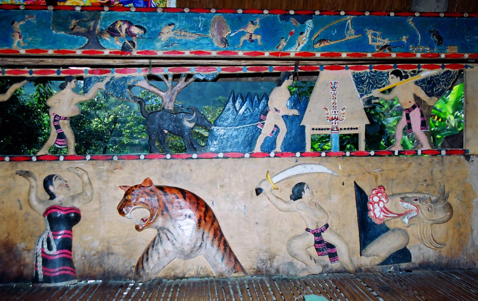 A4 Những bức phù điêu và tranh vẽ đầy màu sắc trên tấm ván thưng trong nhà làng_resize